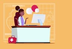 Hôpital en ligne femelle de travailleur de cliniques médicales de consultation de docteur Sitting At Computer d'Afro-américain illustration de vecteur