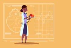 Hôpital femelle de travailleur d'Afro-américain de cliniques médicales de stéthoscope de docteur Cardiologist Examining Heart Wit Photos libres de droits