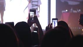 ?h?rare med h?nder lyftte p? en musikfestival Konturfolk i en folkmassa med h?nder upp dans lager videofilmer