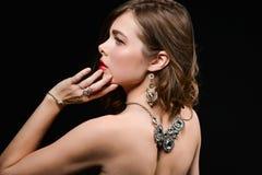 H?rlig baksida av en ung kvinna med en halsband p? hennes nakna baksida arkivbild