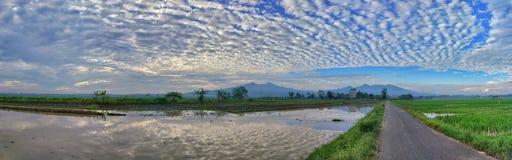 H?rlig berglandskapsikt med bl? himmel Reflexion royaltyfria foton