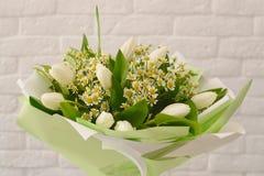 H?rlig bukett av vita blommor royaltyfria bilder