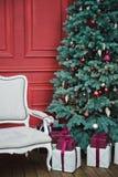 H?rlig dekorerad klassisk hemmilj? f?r nytt ?r vinter f?r bl?a snowflakes f?r bakgrund vit Vardagsrum med en juldekor bakgrundsf? royaltyfria bilder