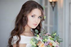 H?rlig elegant brud i den vita kl?nningen En charmig ung kvinna f?r att gifta sig arkivbilder