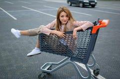 H?rlig flicka i sp?rvagnen n?ra supermarket Autdoor arkivfoton