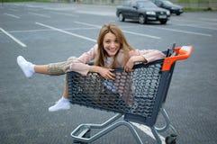 H?rlig flicka i sp?rvagnen n?ra supermarket utomhus- royaltyfria bilder