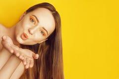 H?rlig flicka med skinande brunt rakt l?ngt h?r Keratinutr?tning Behandling, omsorg och brunnsort Kvinna med orange makeup fotografering för bildbyråer