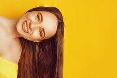 H?rlig flicka med skinande brunt rakt l?ngt h?r Keratinutr?tning Behandling, omsorg och brunnsort Kvinna med orange makeup arkivbilder