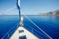 H?rlig flicka som kopplar av p? yachten i Grekland arkivfoto