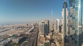 H?rlig flyg- sikt av den Dubai marinapromenad och kanalen med att sv?va yachter och fartyg f?r solnedg?ng i Dubai, UAE stock video