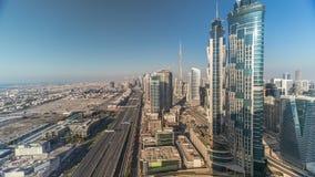H?rlig flyg- sikt av den Dubai marinapromenad och kanalen med att sv?va yachter och fartyg f?r solnedg?ng i Dubai, UAE arkivfilmer