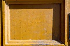 H?rlig gammal, f?r f?r tappning, lantlig sprucken turkosm?larf?rg tr?d?rr och rostigt j?rnl?s och nyckelh?l som en bakgrund arkivbild