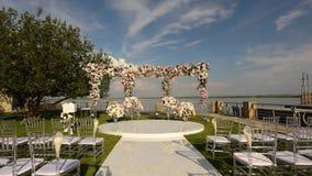 H?rlig gifta sig dekor i vit f?rg, ett h?rligt st?lle f?r en gifta sig ceremoni stock video