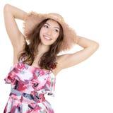 H?rlig gladlynt ung kvinna i sarafan sommar och nolla f?r sugr?rhatt arkivfoto