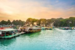 H?rlig himmel p? att sv?va byn i den Halong fj?rden Halongbay ?r v?rldsnaturarvet av Quang Ninh, Vietnam royaltyfri foto