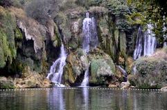 H?rlig Kravica vattenfall i Bosnien och Hercegovina - popul?rt simning- och picknickomr?de f?r turister arkivfoton