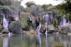 H?rlig Kravica vattenfall i Bosnien och Hercegovina - popul?rt simning- och picknickomr?de f?r turister royaltyfri fotografi