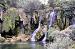 H?rlig Kravica vattenfall i Bosnien och Hercegovina - popul?rt simning- och picknickomr?de f?r turister royaltyfri foto
