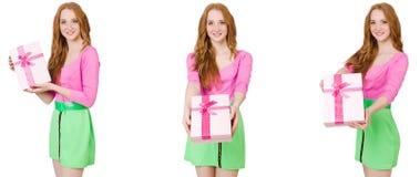 H?rlig kvinna i gr?n kjol med giftbox arkivfoto