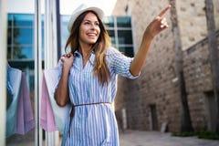 H?rlig kvinna med shoppingp?sar i det ctiy Sale, shopping, turism och lyckligt folkbegrepp arkivbild