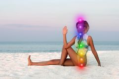 H?rlig kvinna som g?r yoga p? stranden arkivbilder
