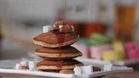 H?rlig l?cker sund frukost av pannkakan Sirap som h?ller p? pannkakorna Efterr?tt av pannkakor med sirap brigham arkivfilmer