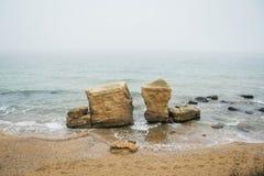 H?rlig l?s strand Fontanka n?ra Odessa Klippor f?r gul och r?d sandsten lokaliseras p? sj?sidan arkivbilder