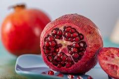 H?rlig ljus tropisk frukt p? en gr?n tabell Closeup och mjuk fokus av granatäpplet arkivfoto