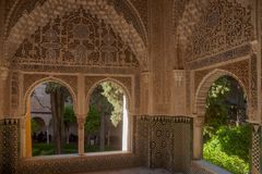 H?rlig morisk f?stning av Alhambraen i Granada, Andalusia royaltyfri foto