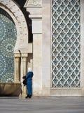 H?rlig mosk? Hassan II ett arkitektoniskt m?sterverk som v?nder mot solljus arkivfoto