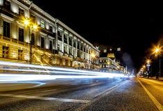 H?rlig nattsikt av vinterslotten i St Petersburg Trafikljus och lyktor skapar färgrik belysning för framstående royaltyfria foton