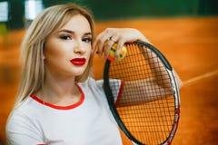 H?rlig och stilfull flicka p? tennisbanan arkivbild