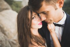 H?rlig perfekt lycklig brud och brudgum som poserar p? deras br?llopdag t?t st?ende upp royaltyfria bilder