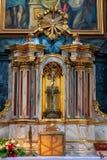 H?rlig rikt dekorerad inre av kyrkan i Europa arkivfoto