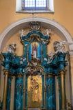 H?rlig rikt dekorerad inre av kyrkan i Europa arkivbilder
