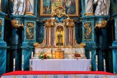 H?rlig rikt dekorerad inre av kyrkan i Europa royaltyfri foto