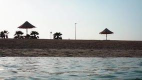 H?rlig sandstrand och hav i Dubaien arkivfilmer