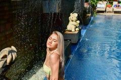H?rlig sexig dam i bikinin som poserar i simbass?ngen St?ende av flickan f?r modemodell utomhus Sk?nhetkvinna med attraktivt arkivfoto