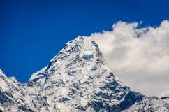 H?rlig sikt av Ama Dablam fr?n trek till Everset i Nepal himalayas royaltyfri bild