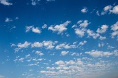 H?rlig sikt av bl? himmel med det vita molnet arkivbild
