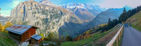 H?rlig sikt av den alpina Eiger byn Pittoresk och ursnygg plats Popul?r turist arkivfoto