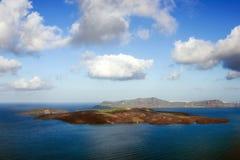 H?rlig sikt av havet, calderaen och ?n Otta p? ?n av Santorini, Grekland panorama arkivfoto