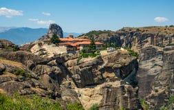 H?rlig sikt av kloster av den heliga Treenighet och dess omgeende berg i regionen av Meteora, Grekland arkivfoton