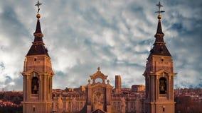H?rlig sikt av tornen av domkyrkan av Almudena i Madrid spain stock video