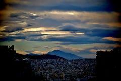 H?rlig sikt ner p? staden, molnen och bergen arkivbilder