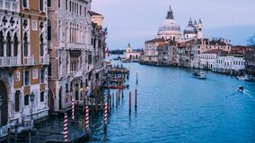 H?rlig sikt p? basilikadi Santa Maria della Salute i guld- aftonljus p? solnedg?ngen i Venedig, Italien royaltyfri foto