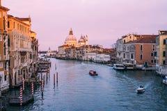 H?rlig sikt p? basilikadi Santa Maria della Salute i guld- aftonljus p? solnedg?ngen i Venedig, Italien arkivfoton