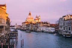 H?rlig sikt p? basilikadi Santa Maria della Salute i guld- aftonljus p? solnedg?ngen i Venedig, Italien royaltyfri fotografi