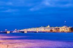 H?rlig slottbro p? Neva River i St Petersburg i Ryssland mellan slottfyrkanten och den Vasilievsky ?n i vintertid fotografering för bildbyråer
