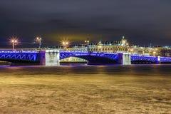 H?rlig slottbro p? Neva River i St Petersburg i Ryssland mellan slottfyrkanten och den Vasilievsky ?n i vintertid royaltyfria foton